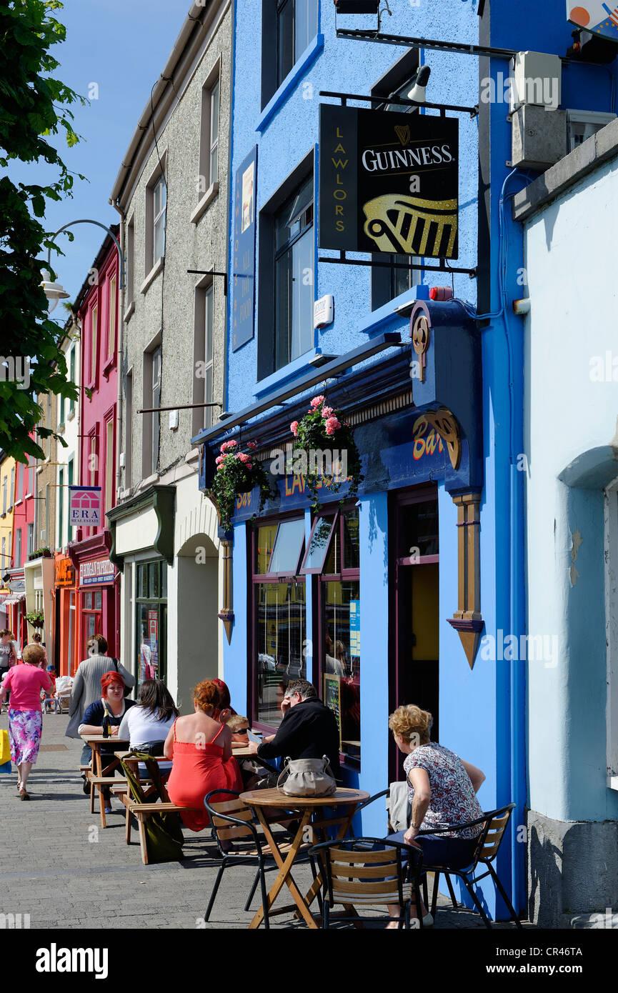 Des tables et des chaises à l'extérieur d'un pub, Listowel, comté de Kerry, Irlande, Europe Photo Stock