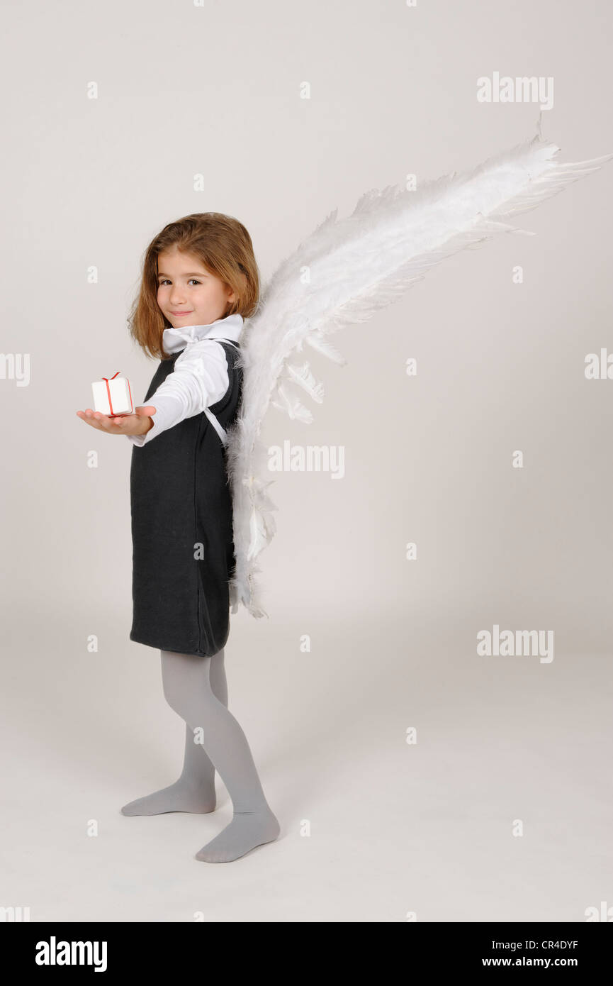Fille avec angel wings with Christmas present Photo Stock