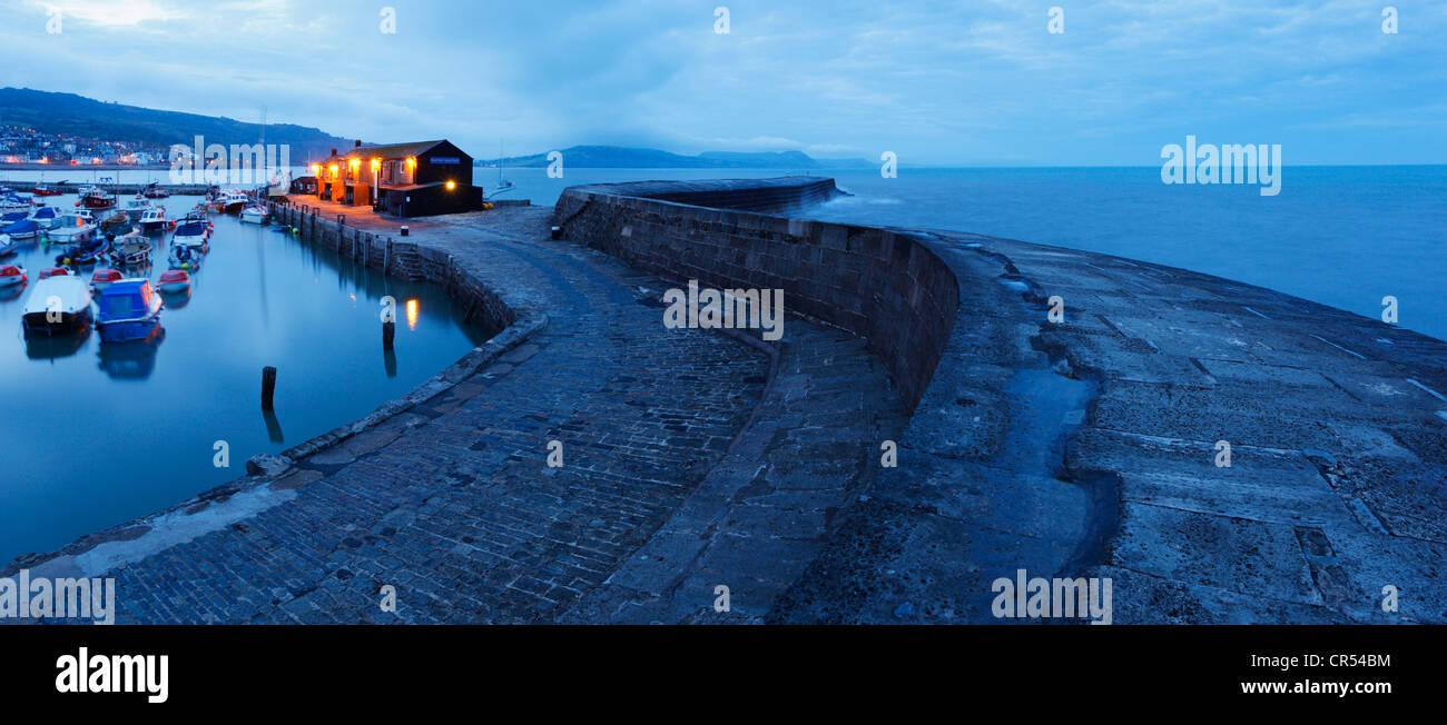Au Cobb et le port au crépuscule, Lyme Regis. Le Dorset. L'Angleterre. UK. Photo Stock