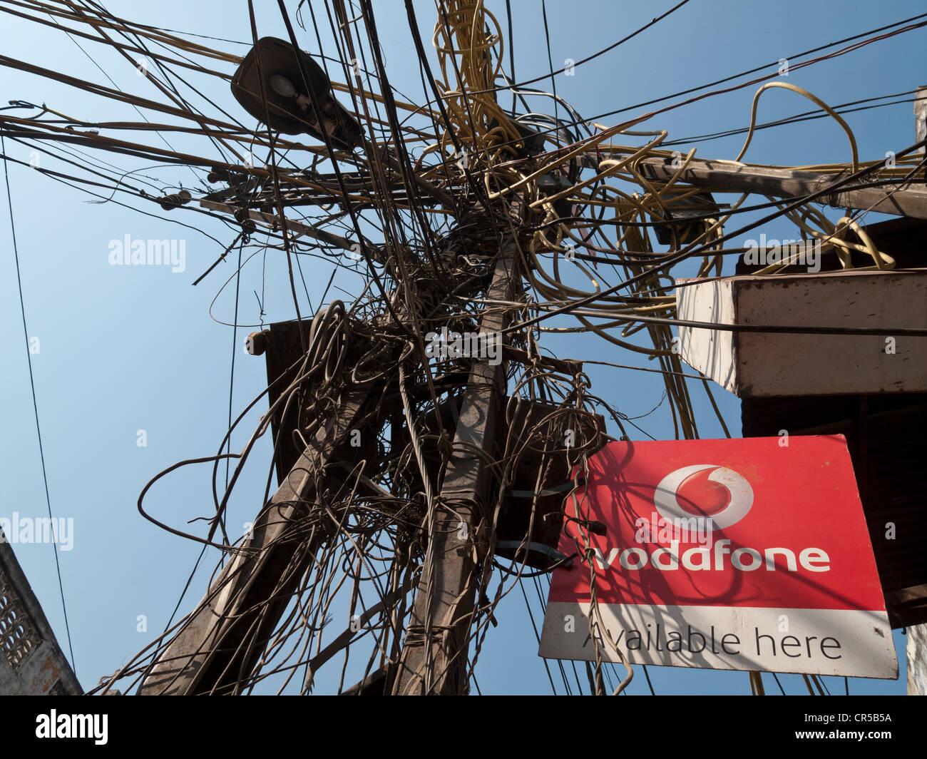 Le chaos dans le système de soutien de l'électricité dans les rues de New Delhi, Inde, Asie Photo Stock