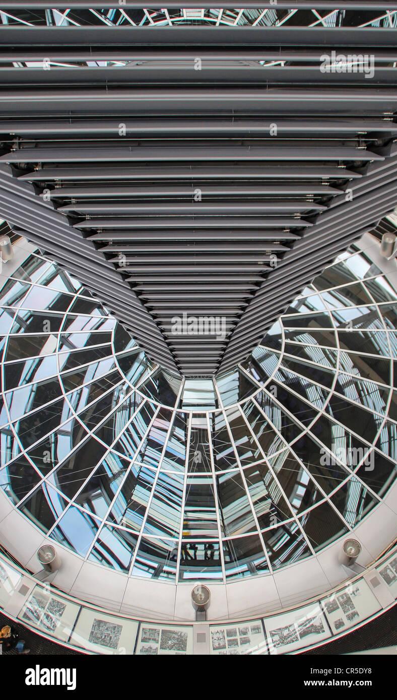 Le dôme de verre et d'acier du bâtiment du Reichstag à Berlin, en Allemagne, construit par l'architecte Photo Stock