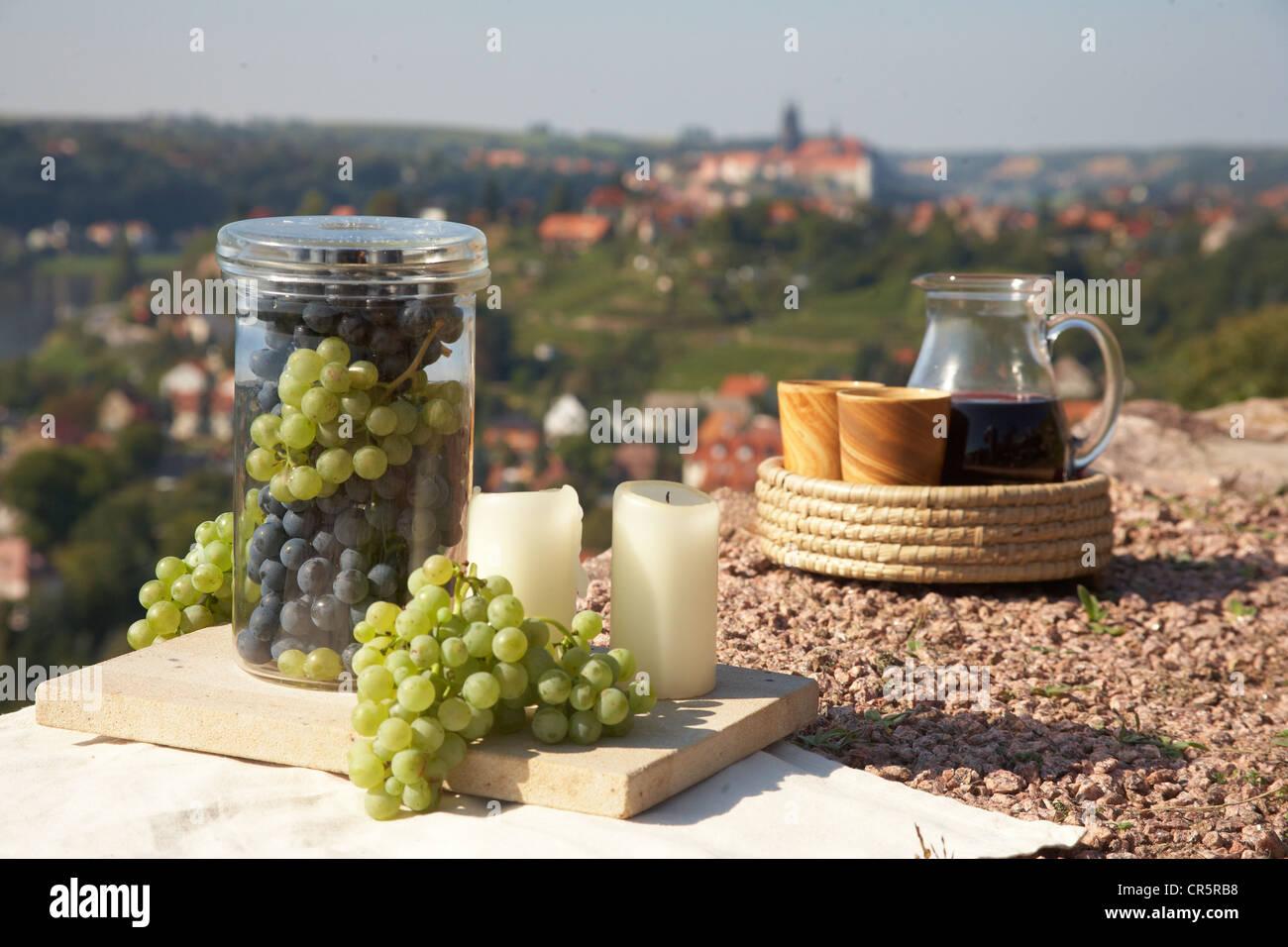 Nature morte avec du vin, des raisins, un décanteur à vin, vin tasses et des bougies, sur fond de Meissen, Photo Stock