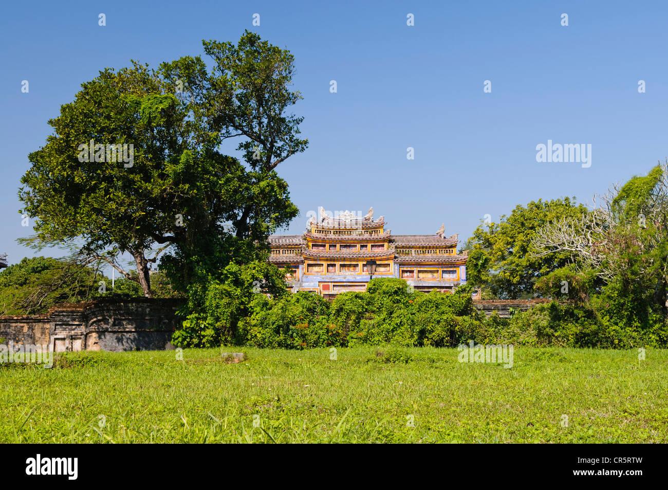 Pelouse en face de la porte du temple de générations, le mieu, Palais Thai Hoa, complexe Hoang Thanh Imperial Photo Stock