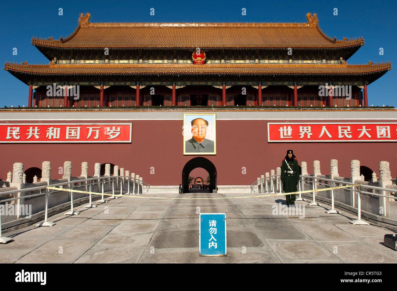 La garde à la porte de la paix céleste à l'entrée de la Cité Interdite, la Place Tiananmen, Photo Stock