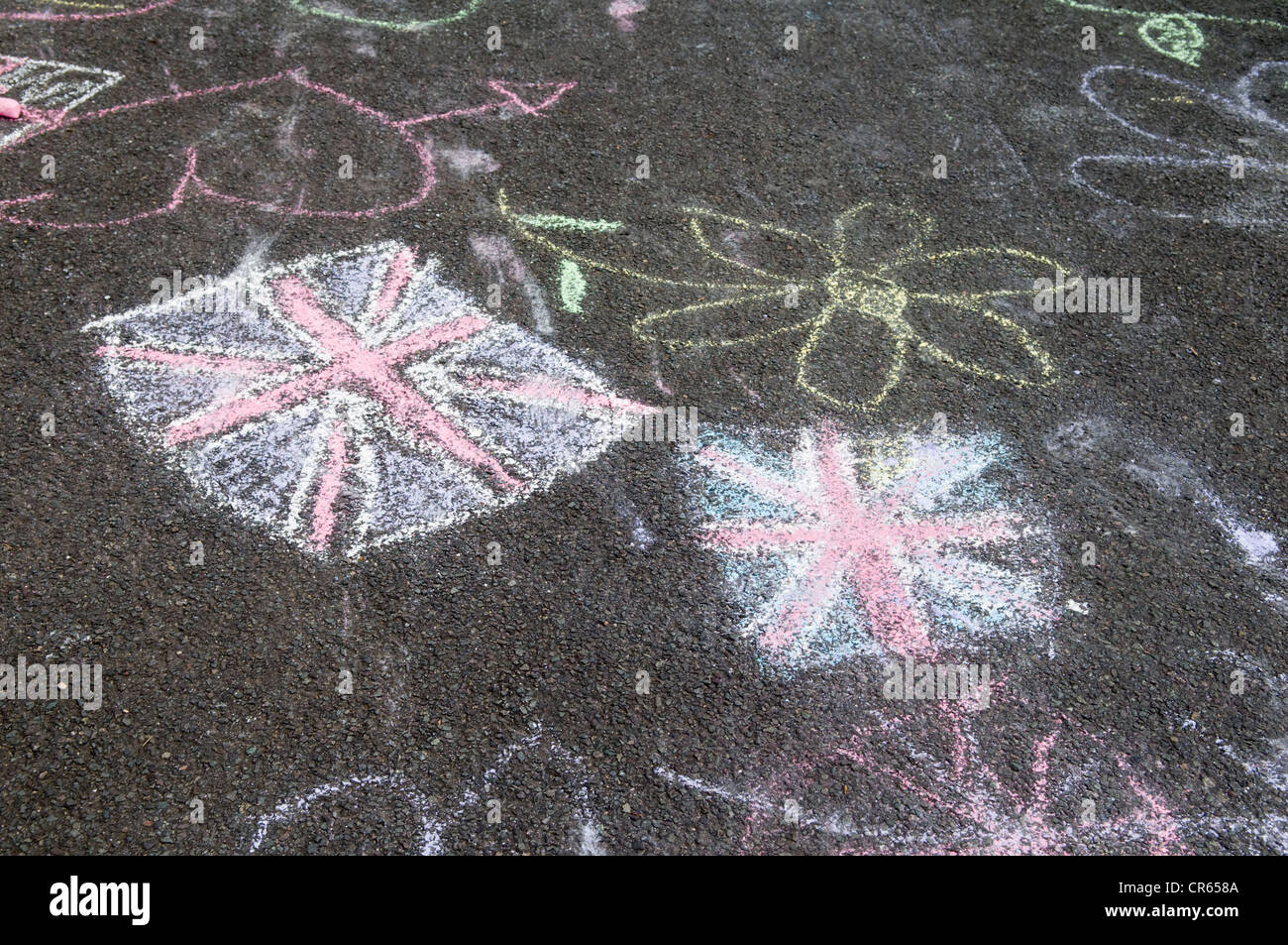 Dessins de craie Graffiti Union jack flag sur la route goudronnée à Bristol effectué par les enfants Photo Stock