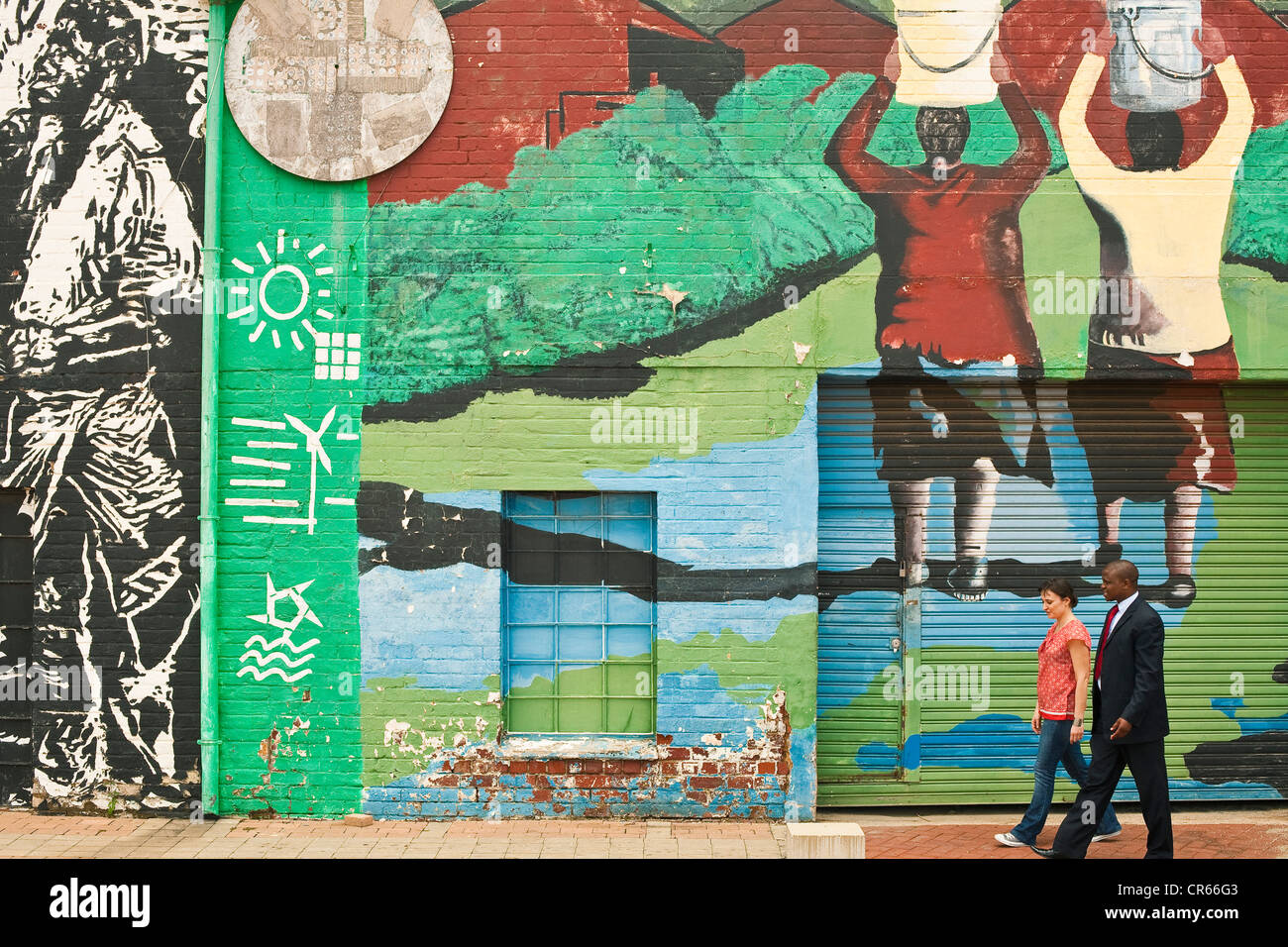 L'Afrique du Sud, la Province de Gauteng, Johannesburg, les gens en face d'un mur peint Photo Stock