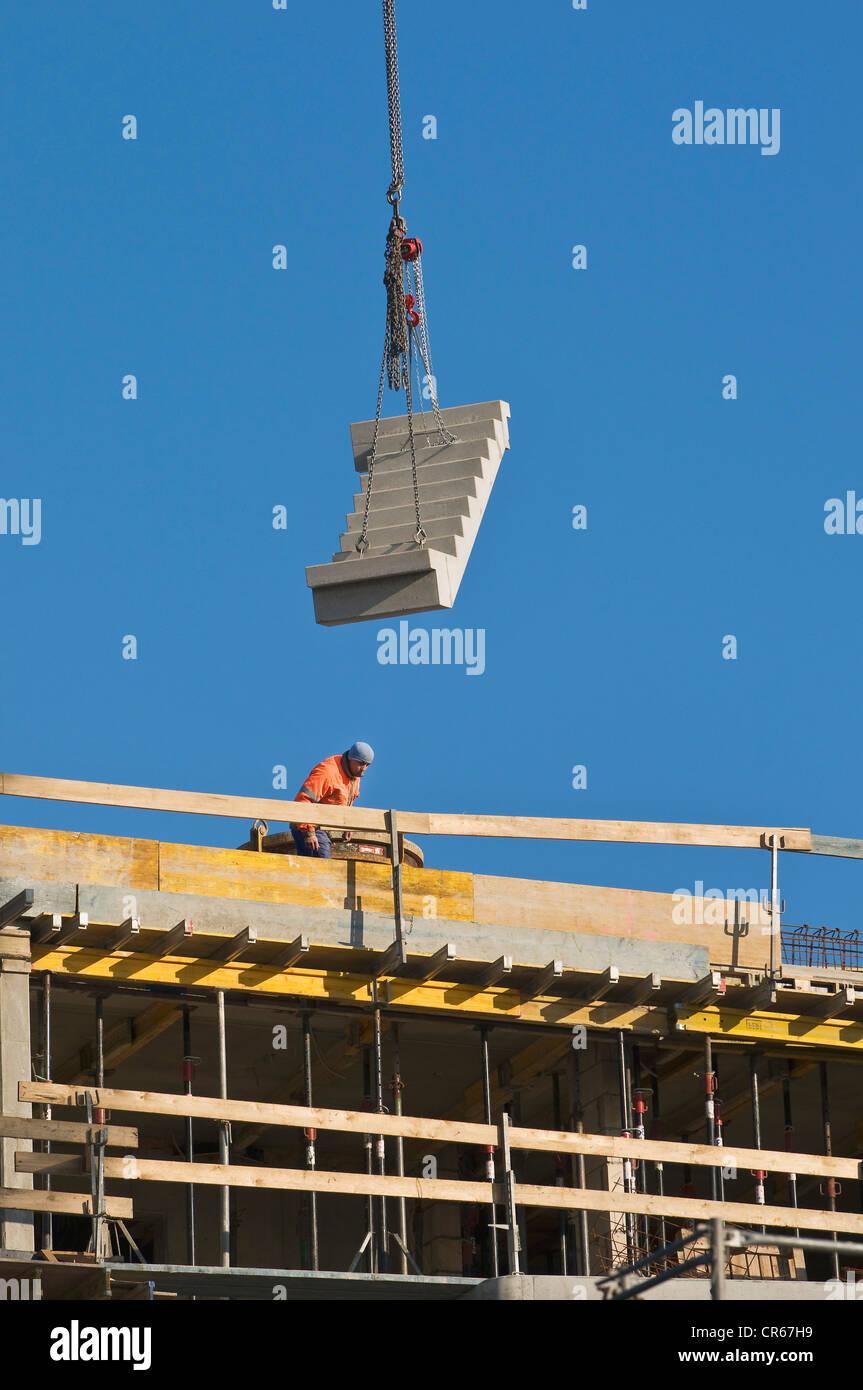 Site de construction, escaliers préfabriqués sont levées sur le site d'installation par grue, Photo Stock