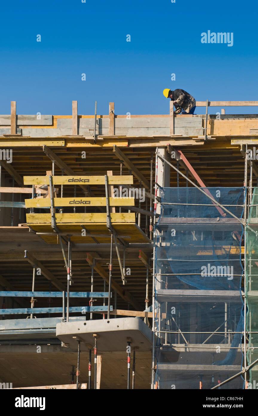 L'industrie de la construction, les travailleurs à l'embarquement sur le dessus de l'emplacement Photo Stock
