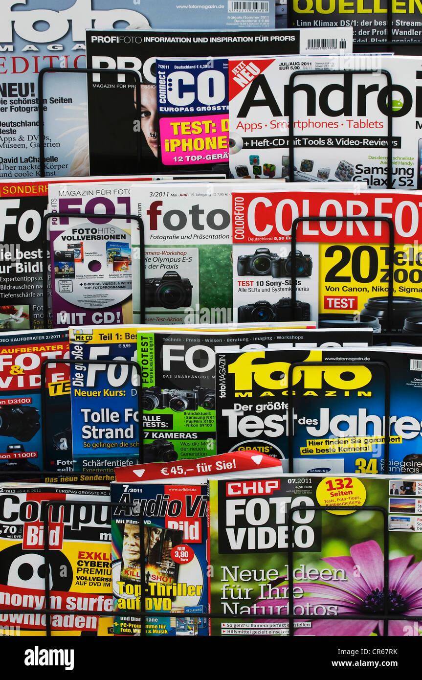 Magazines, revues photographiques allemand sur un support d'affichage Photo Stock