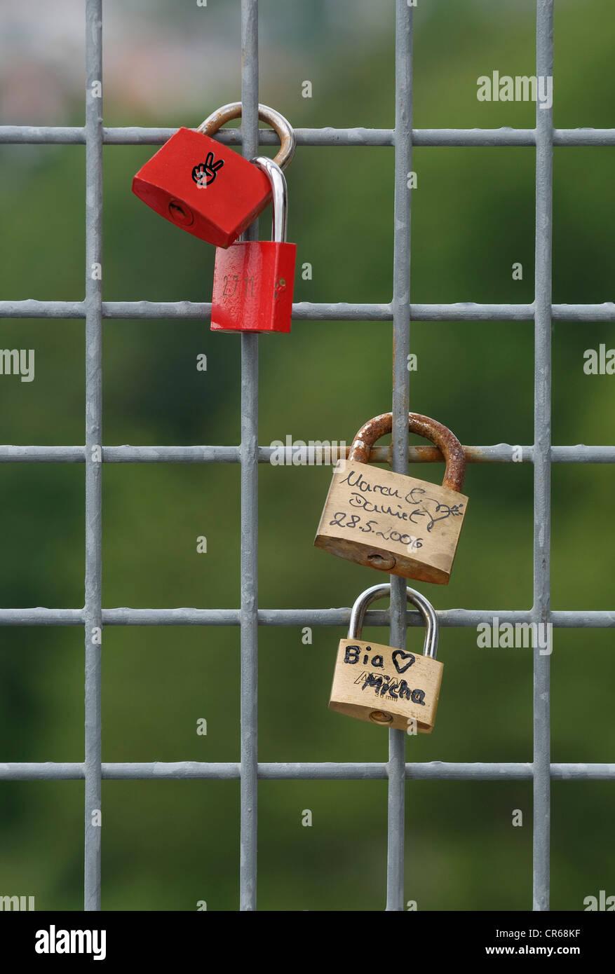 Cadenas sur une grille de fils, de symboles de l'amour Photo Stock