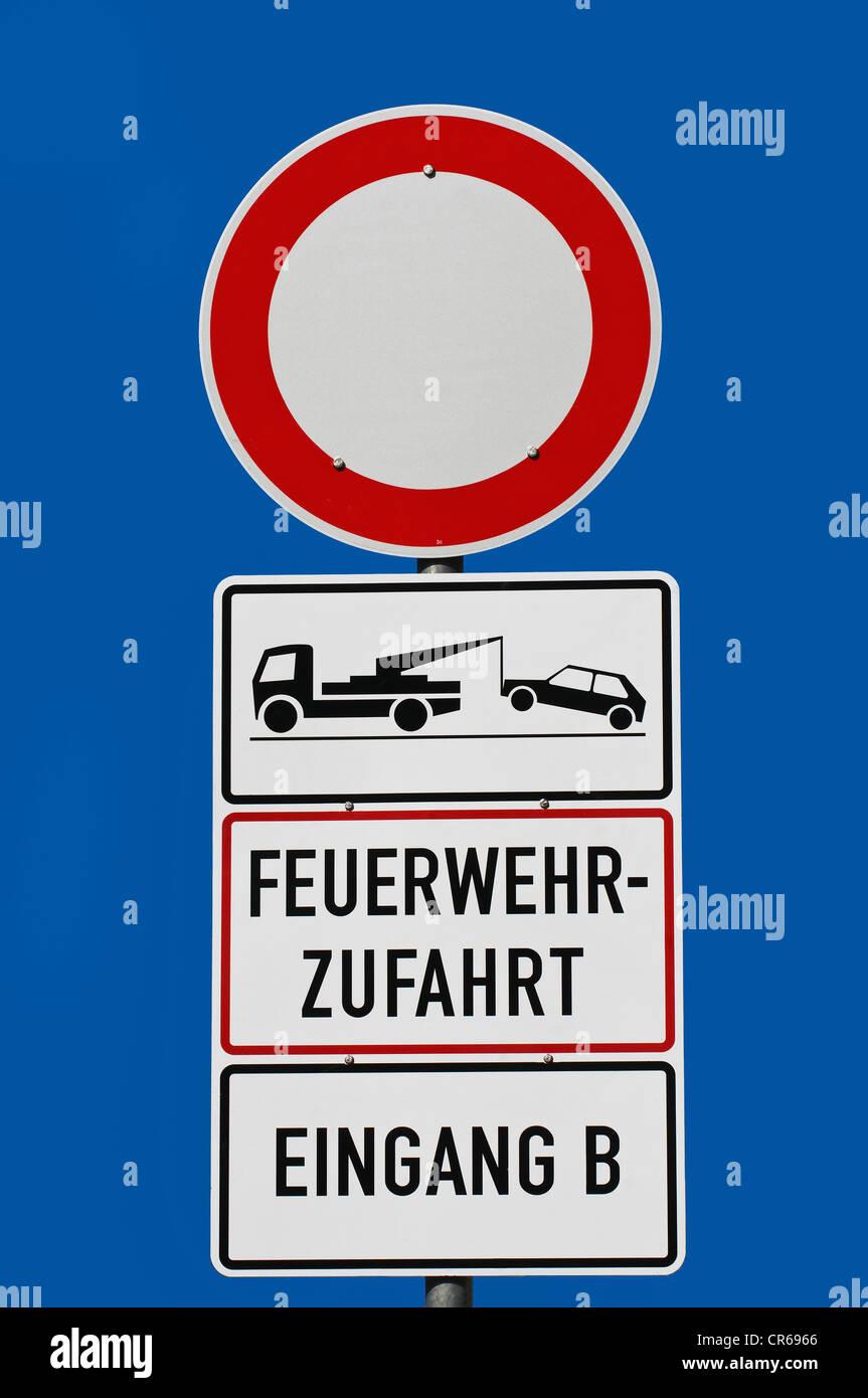 Signe d'interdiction interdiction, pour les véhicules de tous genre, Feuerwehrzufahrt Eingang B, Allemand Photo Stock