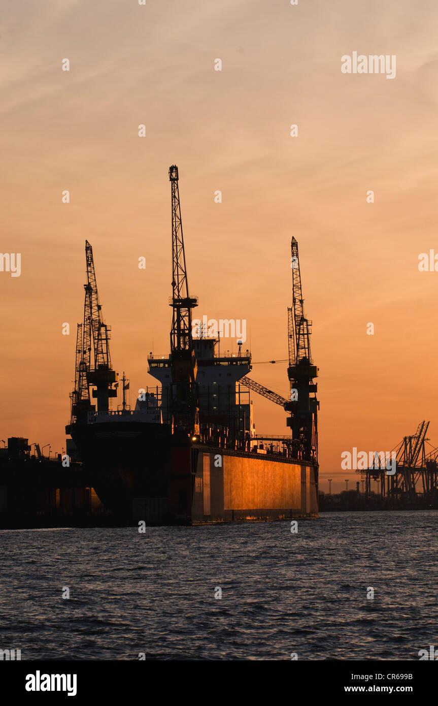 Navire dans un dock, l'humeur du soir, port de Hambourg, l'Elbe, Hambourg, Allemagne, Europe Photo Stock
