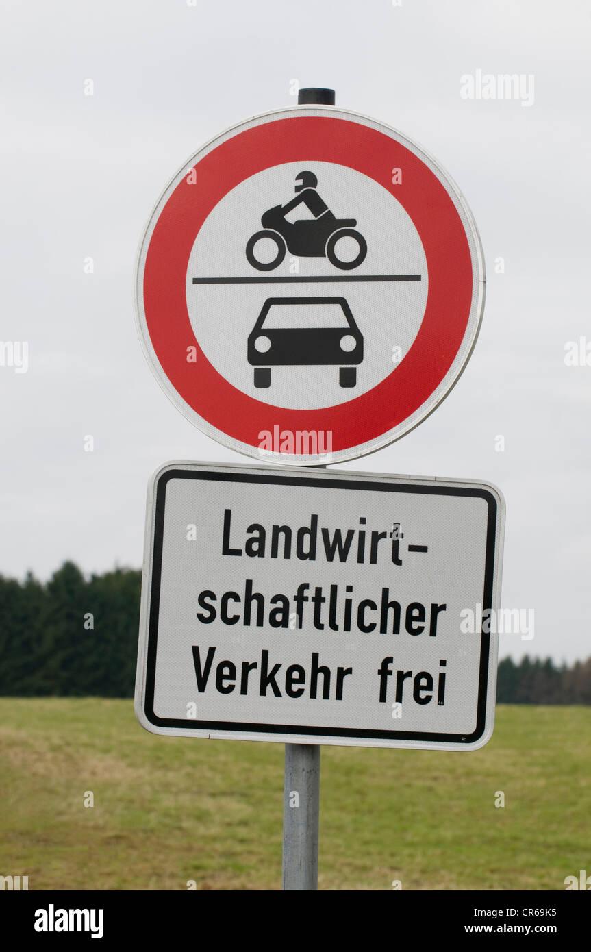 Signes, interdiction de circuler pour les motos et les voitures, les véhicules agricoles, peut aller de l'avant Photo Stock