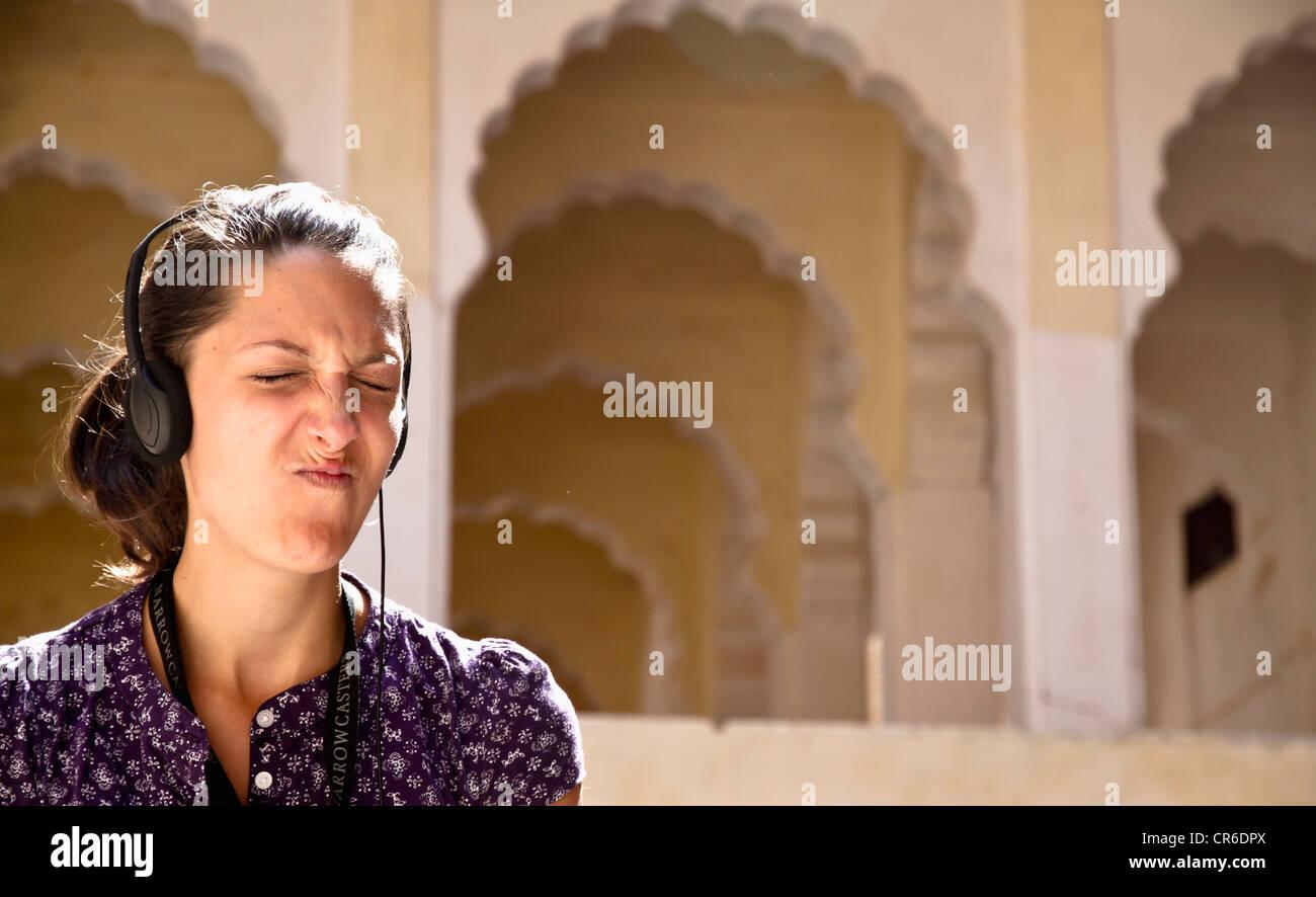 L'Inde, Rajasthan, Jodhpur, l'écoute audio guide touristique à Jodhpur Fort Photo Stock