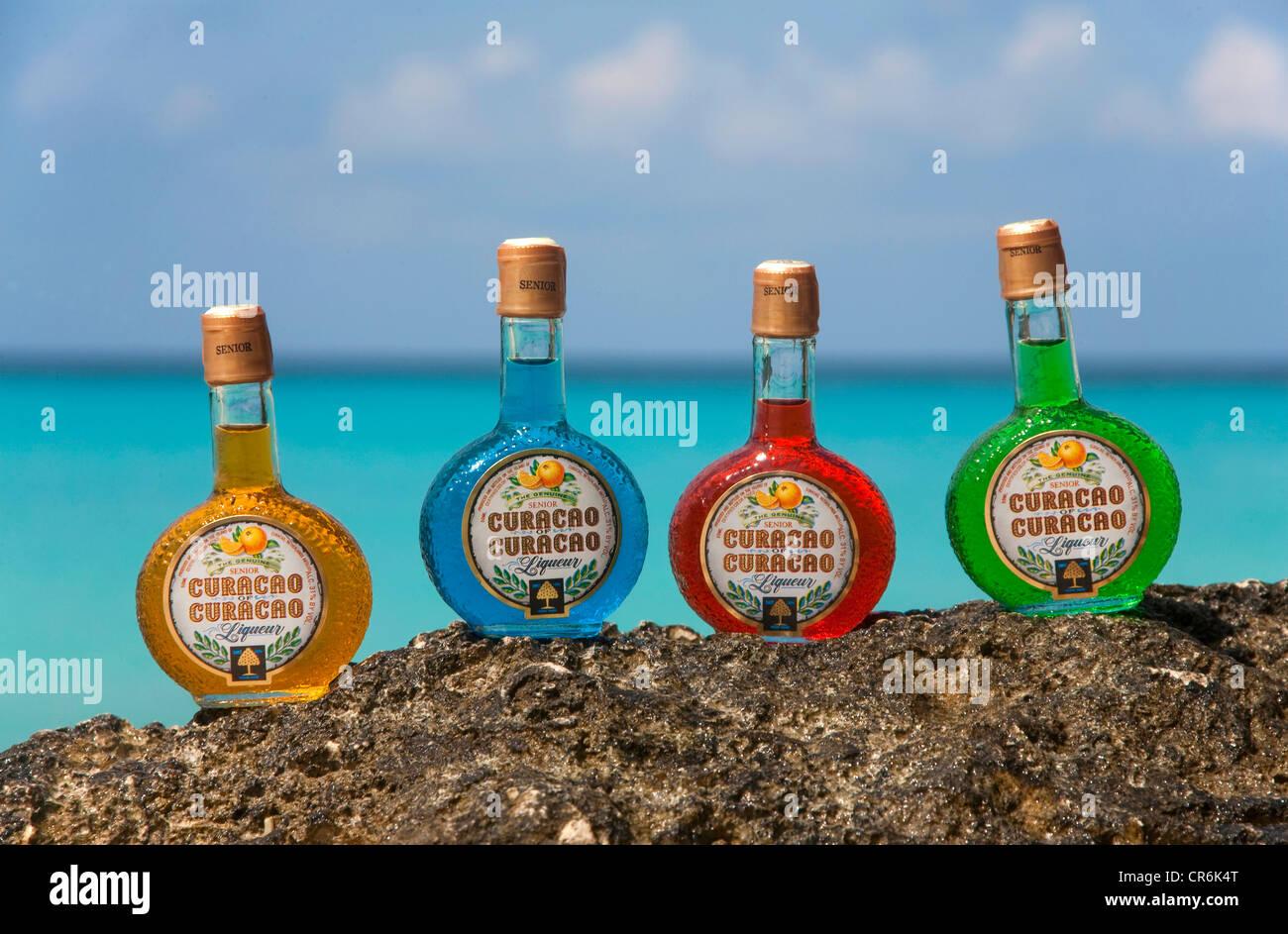 Bouteilles de liqueur colorés, y compris le bleu Curaçao, Willemstad, Curaçao, Antilles néerlandaises, ex-Caraïbes Banque D'Images