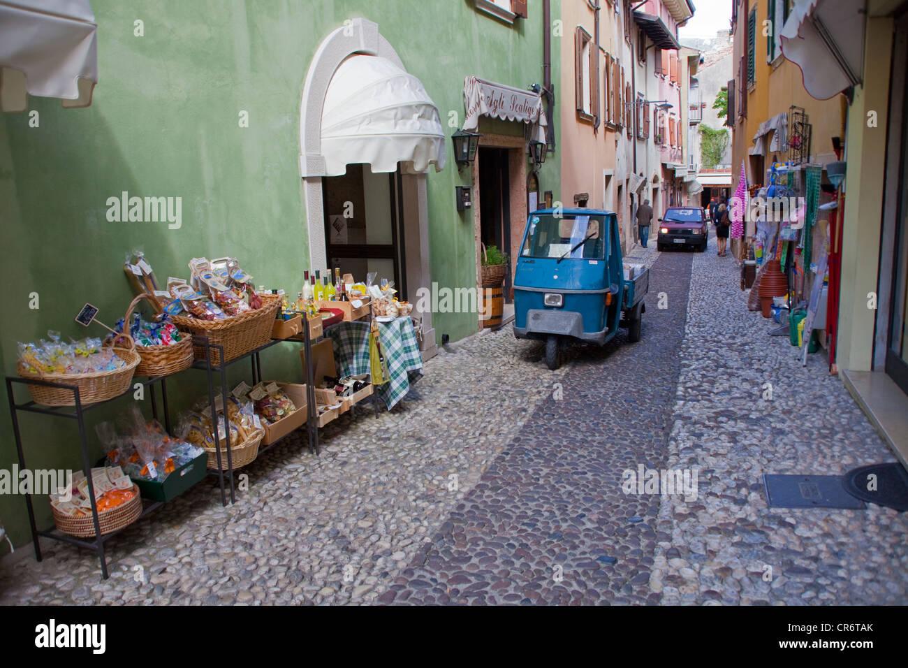 Ruelle de la vieille ville, avec Ape tricycle, mini car, Malcesine, sur le lac de Garde, Vérone, Vénétie, Photo Stock