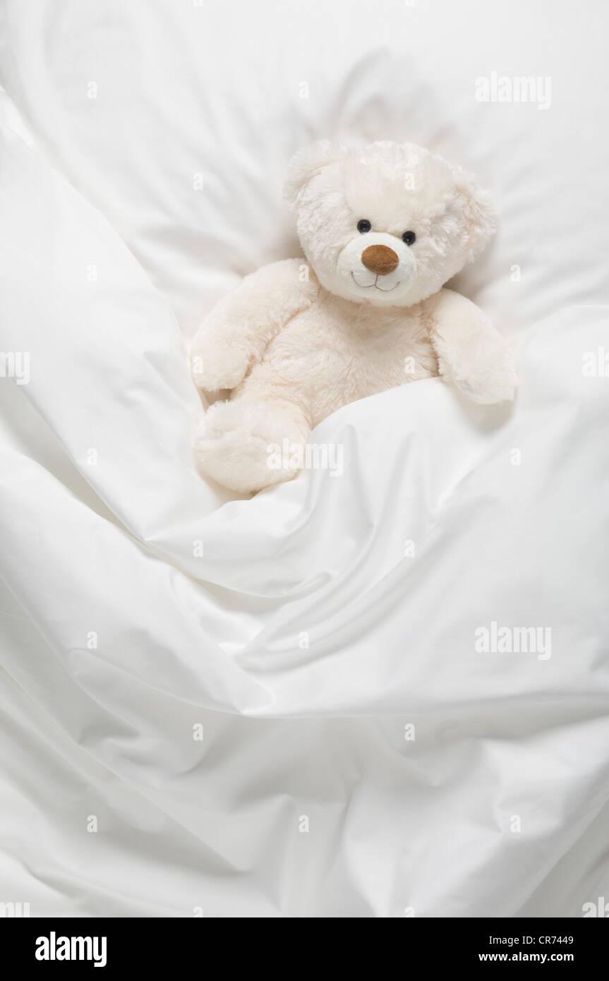 Ours en peluche sur le lit Photo Stock
