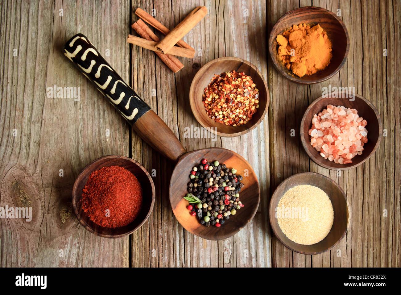 Collection d'épices dans des bols en bois Photo Stock