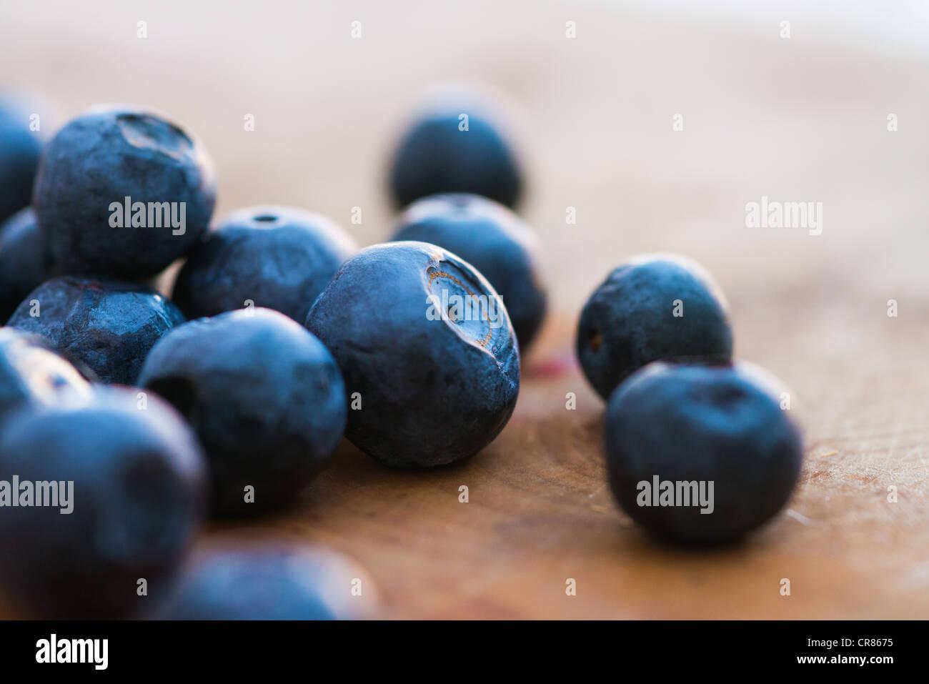 Les bleuets sur une planche en bois Photo Stock