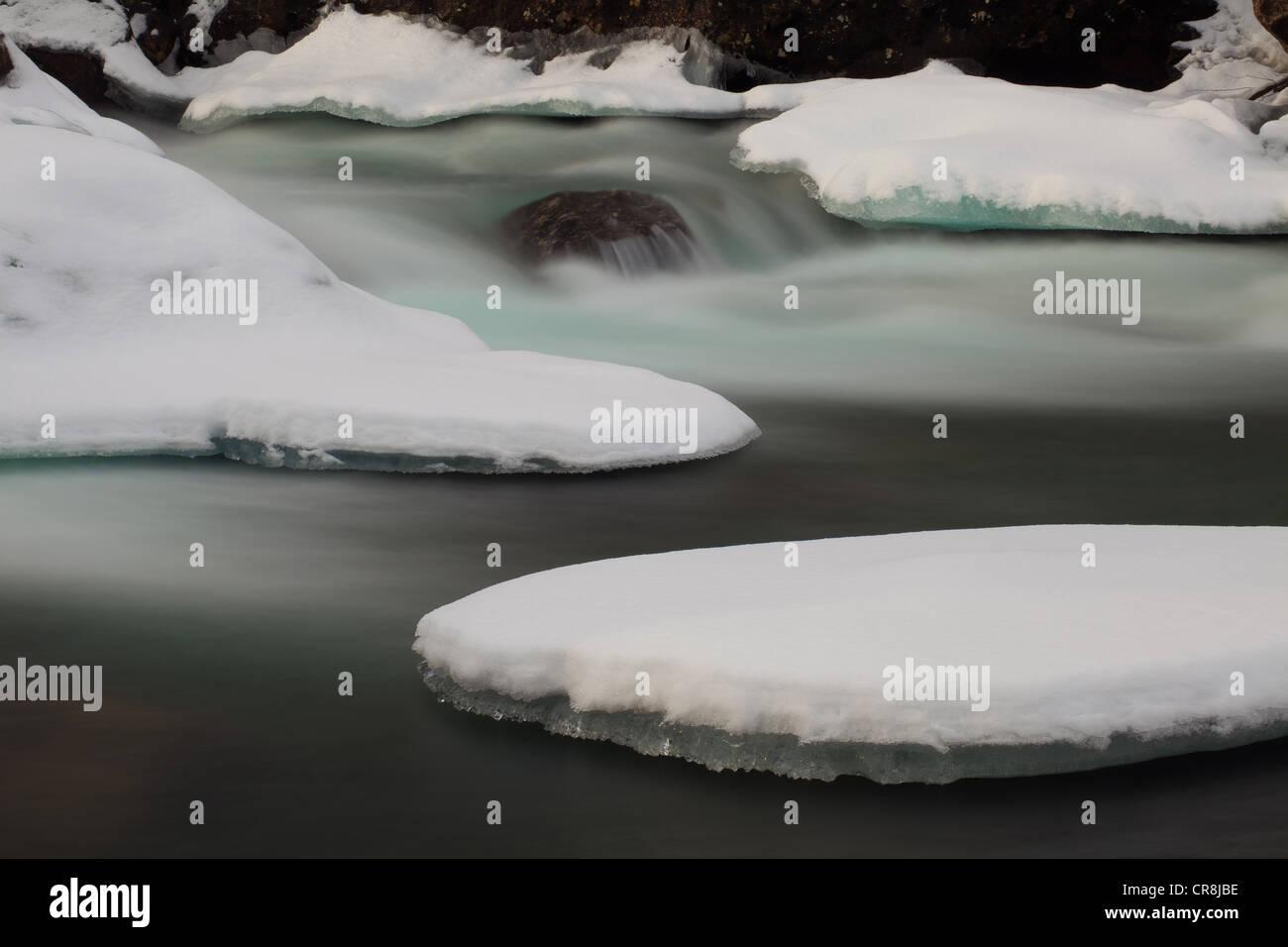 La neige et la glace dans la rivière Rauma, vallée de Romsdalen, Møre og Romsdal (Norvège). Banque D'Images