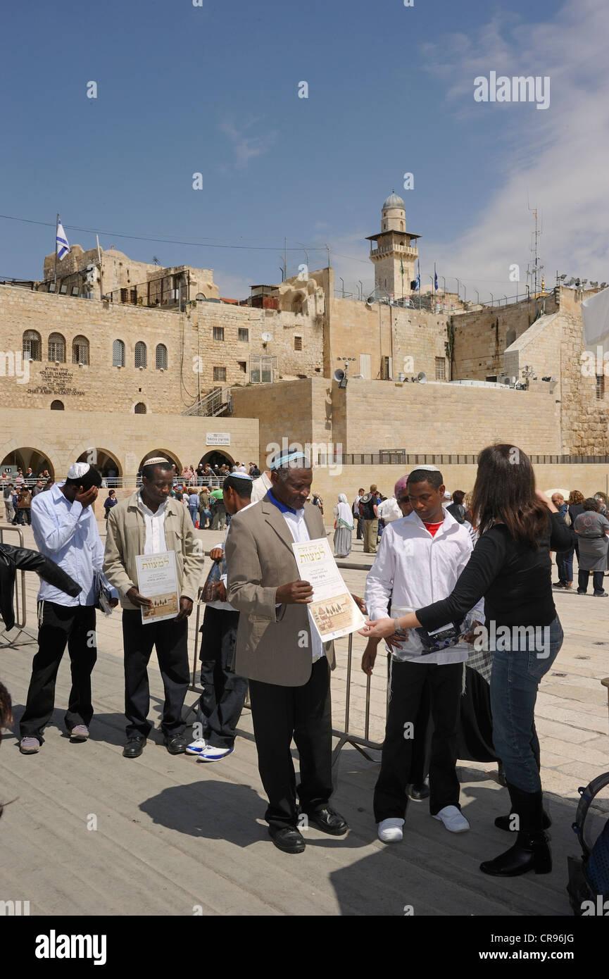 Les Juifs africains recevant un certificat auprès d'une femme juive qu'ils ont visité l'Ouest Photo Stock