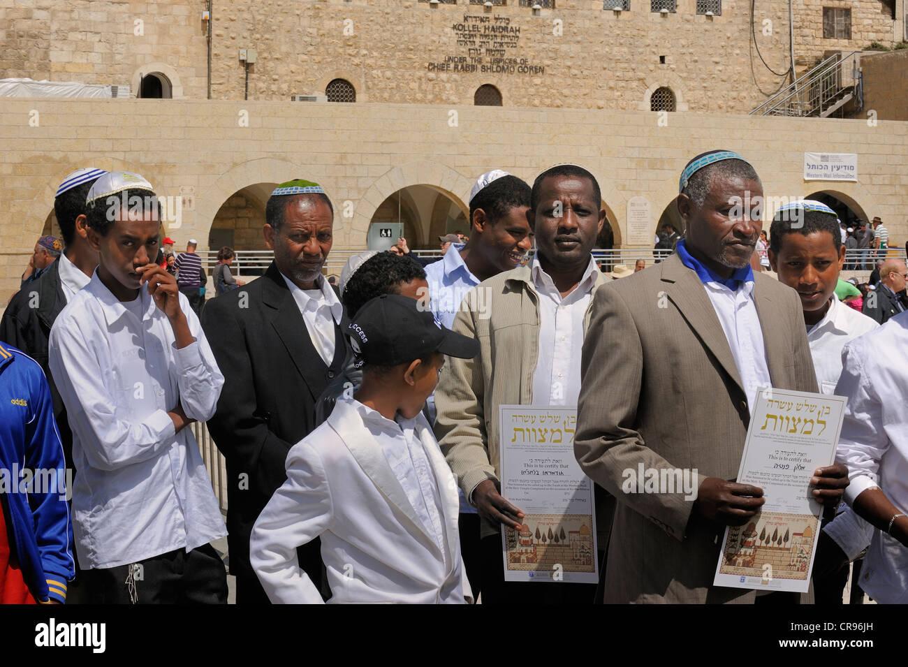 Les Juifs de l'Afrique de la réception d'un certificat attestant qu'ils ont visité l'Ouest Photo Stock