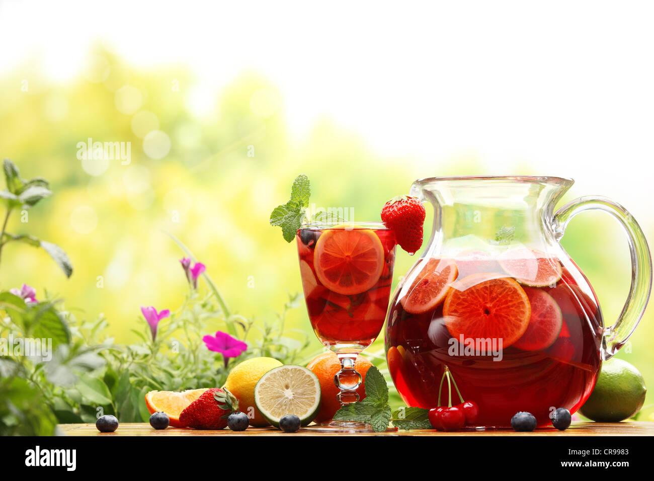 Sangria rafraîchissante (poinçon) avec des fruits Banque D'Images