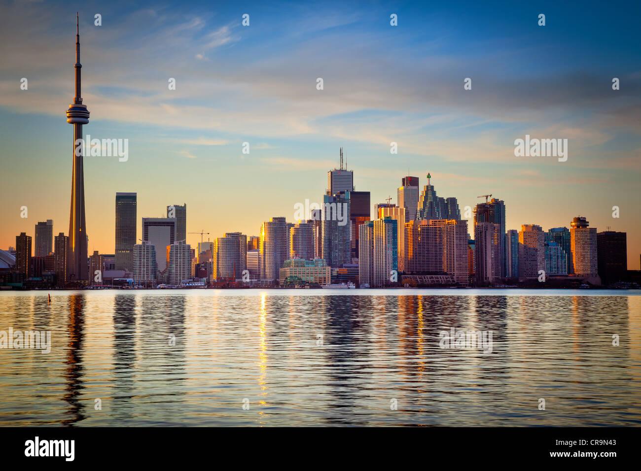Le centre-ville de Toronto Skyline, y compris la Tour CN et le Centre Rogers, comme vu en début de soirée Photo Stock