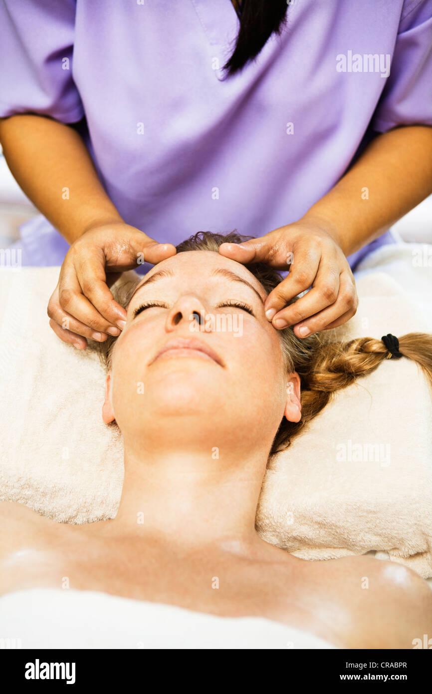 Woman having massage du cuir chevelu à spa Banque D'Images
