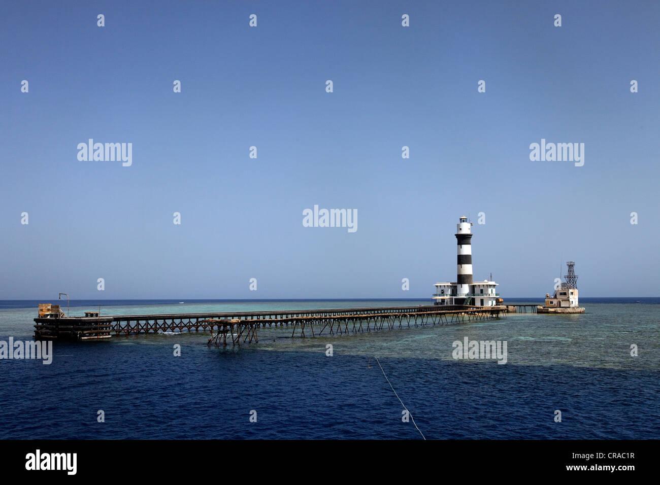 Phare avec jetty et de récifs coralliens, Daedalus Reef, Egypte, Mer Rouge, Afrique Photo Stock