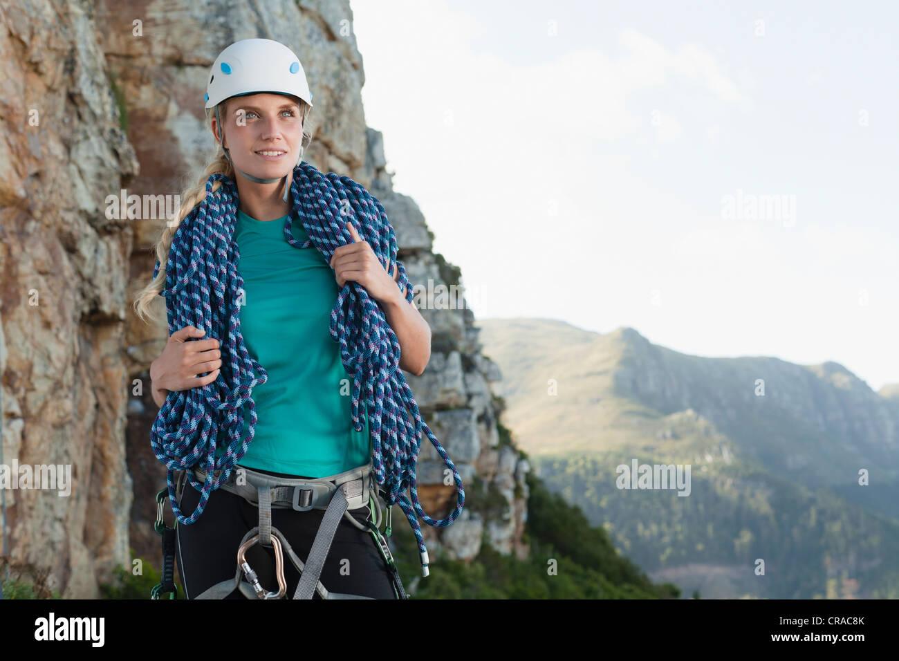 Climber holding sur corde enroulée mountain Photo Stock