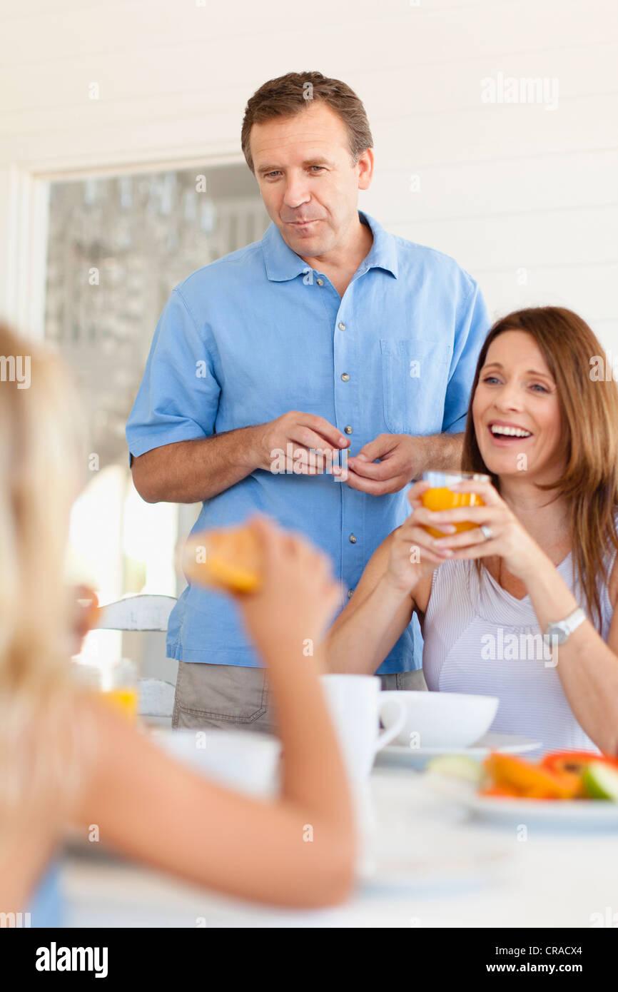 Table à manger ensemble en famille Banque D'Images