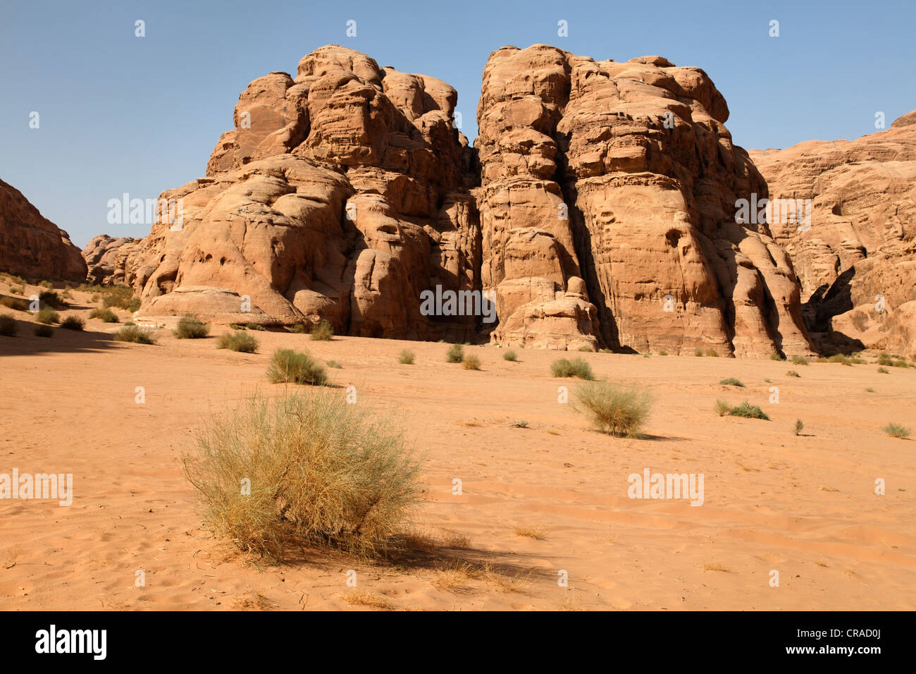 Des plaines, montagnes et désert, Wadi Rum, Royaume hachémite de Jordanie, Moyen-Orient, Asie Photo Stock