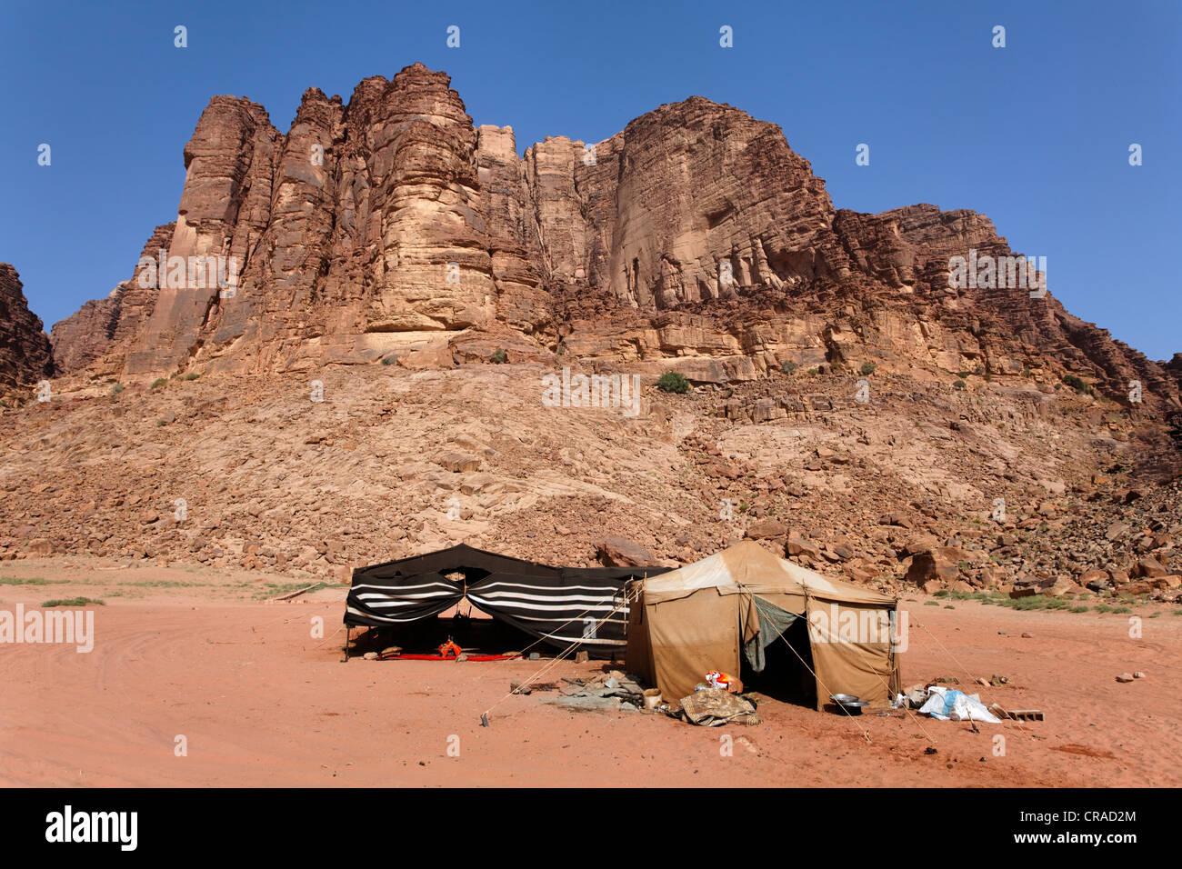 Montagne avec Lawrence's Spring, camp Bédouin, Lawrence d'Arabie, le désert, le Wadi Rum, Royaume Photo Stock