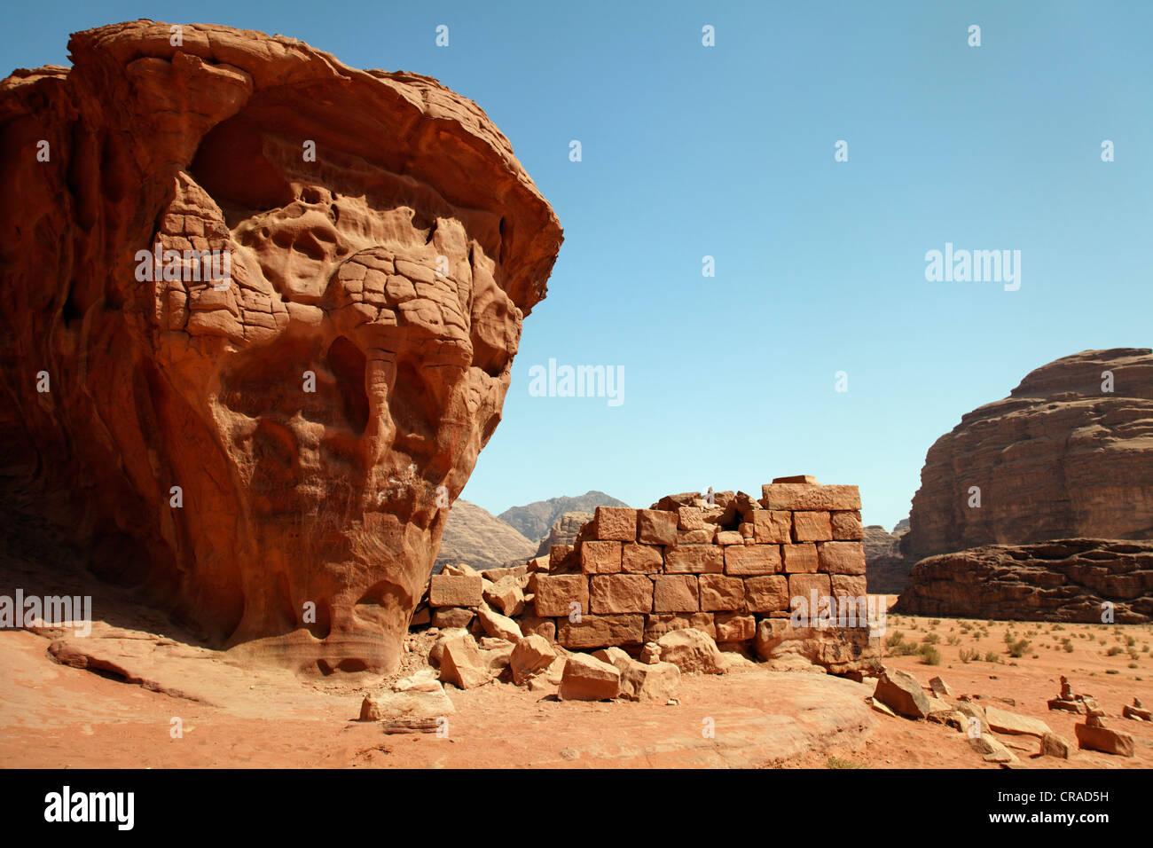 Chambre à partir de Lawrence d'Arabie, ruine, mur, désert, Wadi Rum, Royaume hachémite de Jordanie, Photo Stock