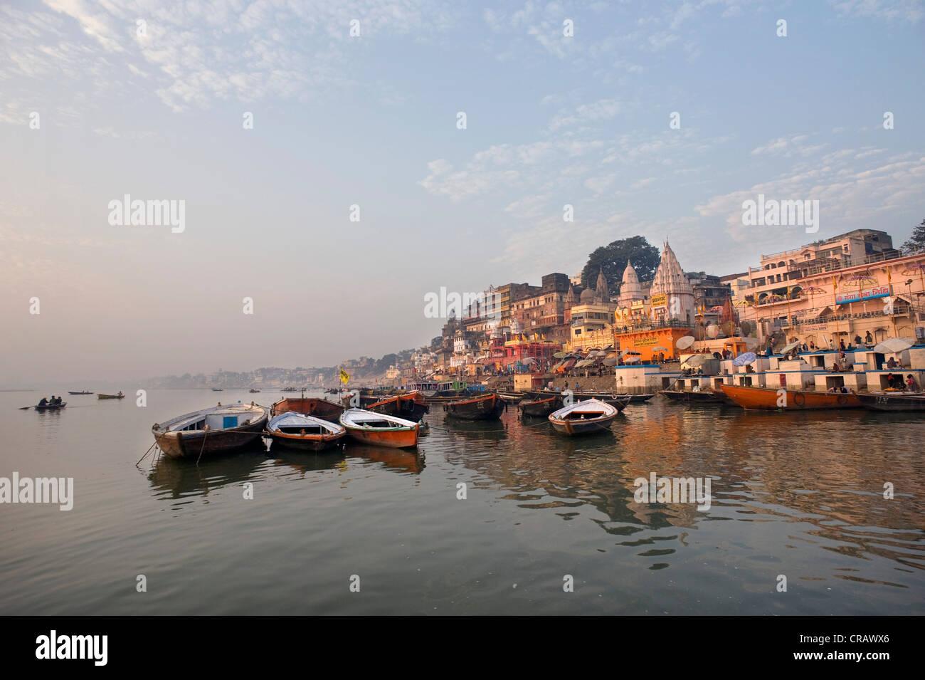 Vue sur la ville avec des Ghats ou Saint escalier, Gange, Varanasi, Uttar Pradesh, Inde, Asie Photo Stock