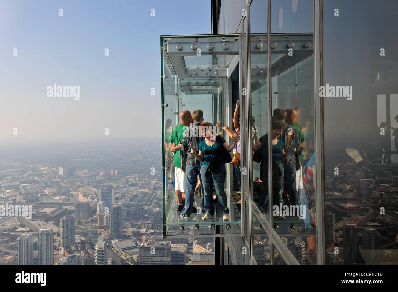 Visiteurs sur le 412 mètres de haut, la plate-forme d'observation Skydeck, la Willis tower, anciennement Photo Stock
