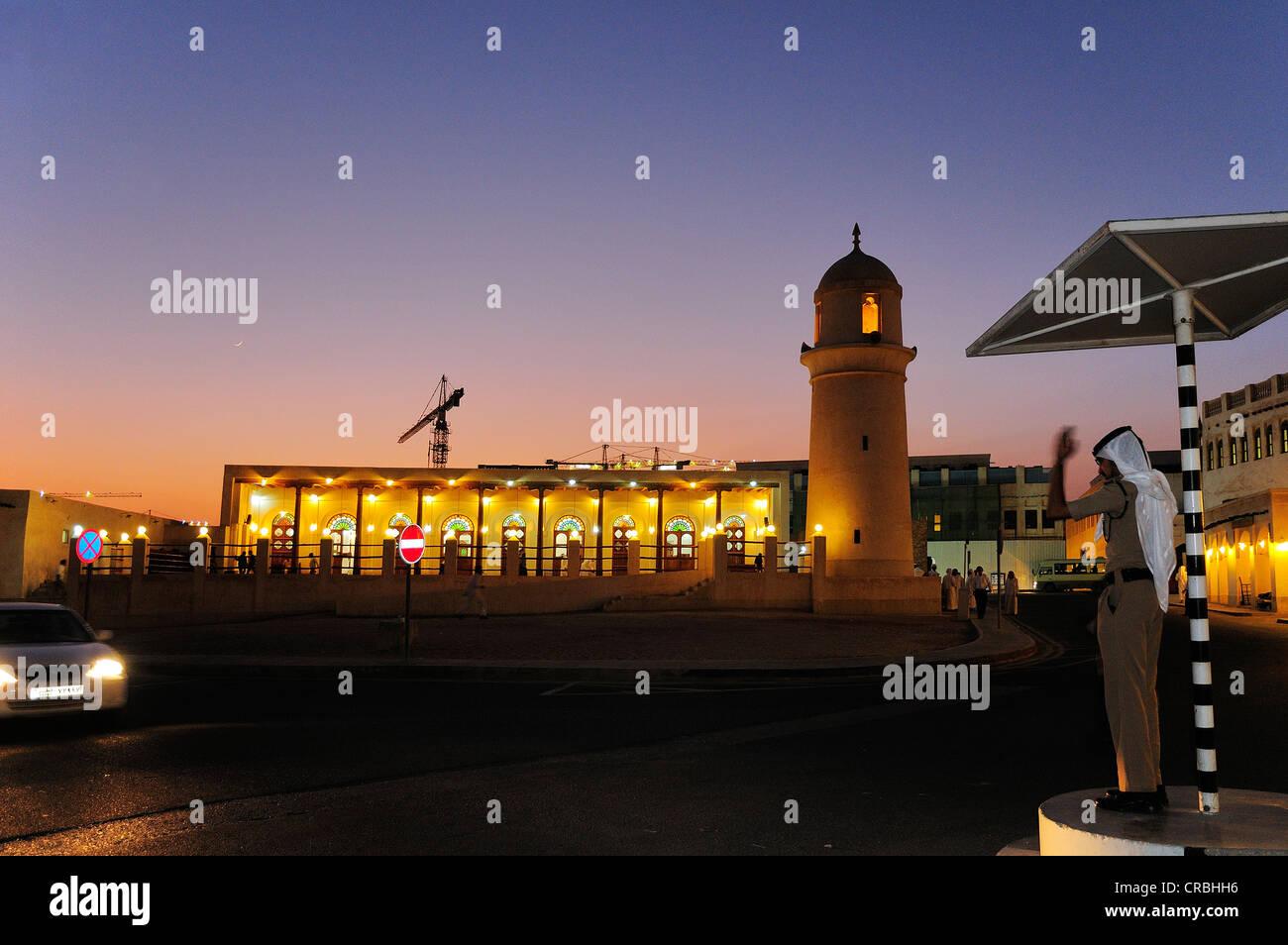 Agent de police de diriger la circulation à l'extérieur de la mosquée dans le souk, Waqik, Doha, Qatar Banque D'Images