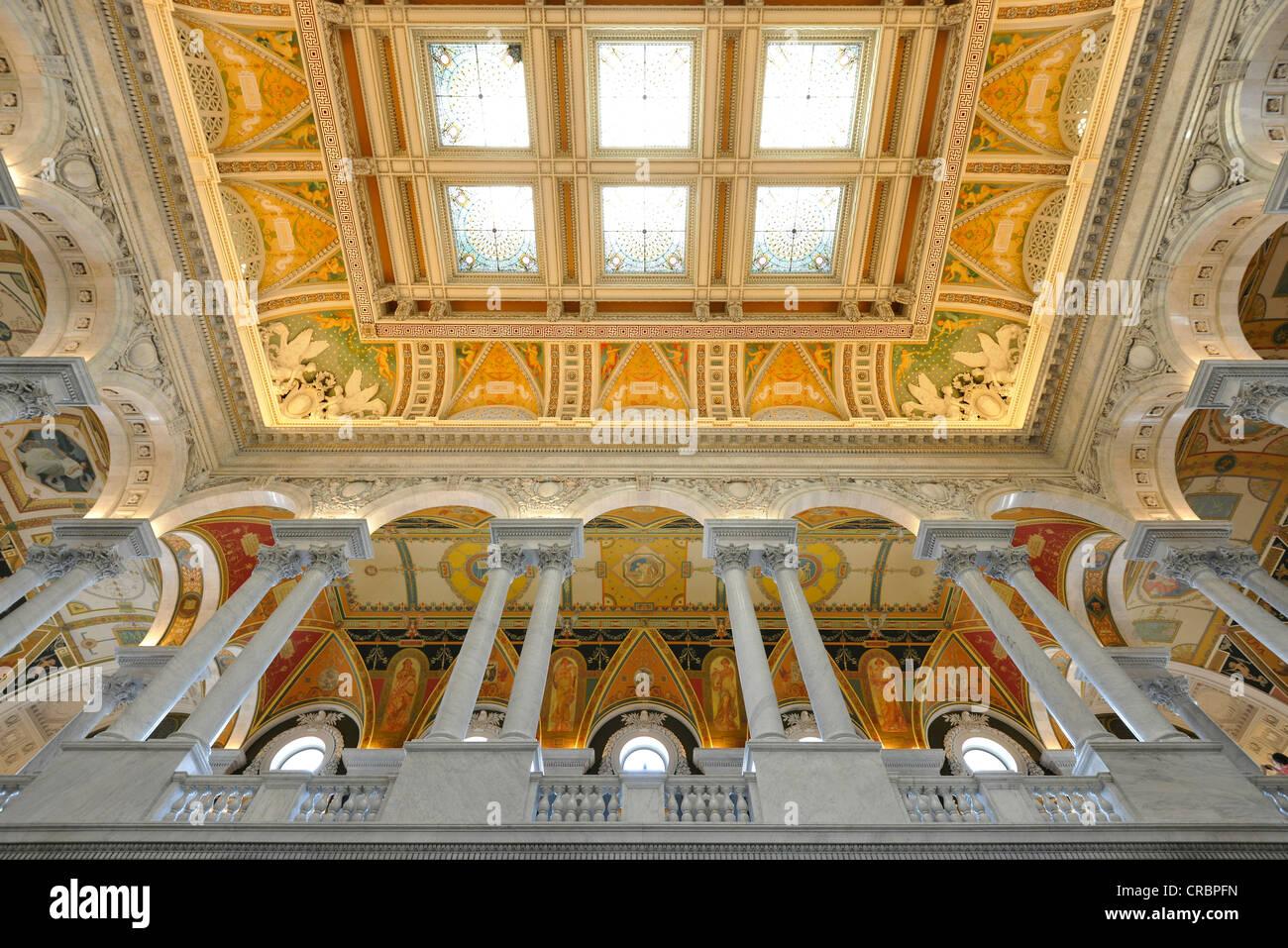 Magnifique plafond de verre avec la peinture dans le grand hall d'entrée, la grande salle, le Jefferson Building, Bibliothèque du Congrès Banque D'Images