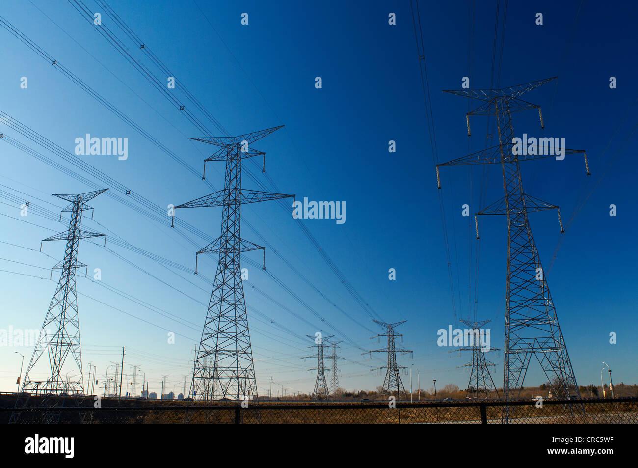 Les lignes d'alimentation contre le ciel bleu Photo Stock