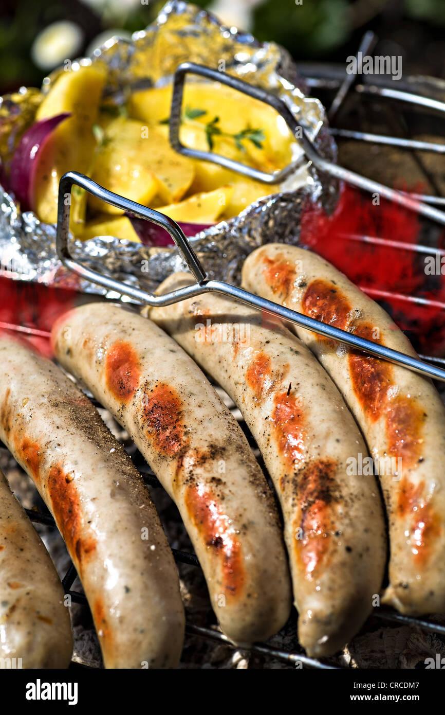 L'arrêt de près de saucisses sur le grill Banque D'Images