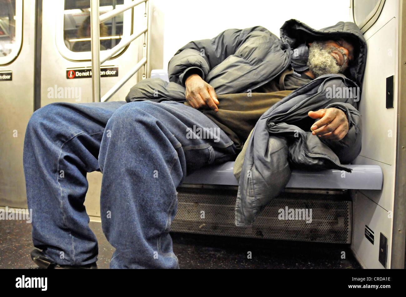 Les sans-abri dormant dans le métro, USA, New York, Manhattan Photo Stock