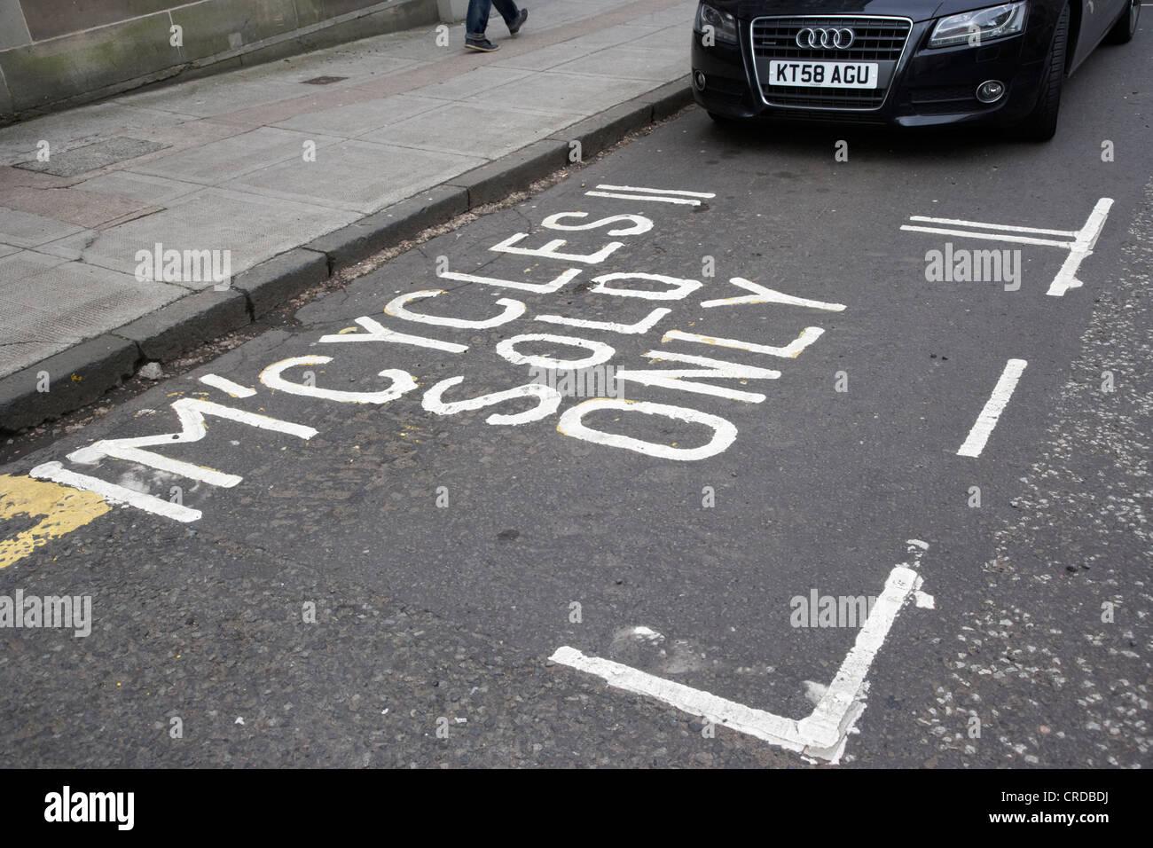 Les motos solo vacant vide seulement de parking dans Glasgow scotland uk Banque D'Images