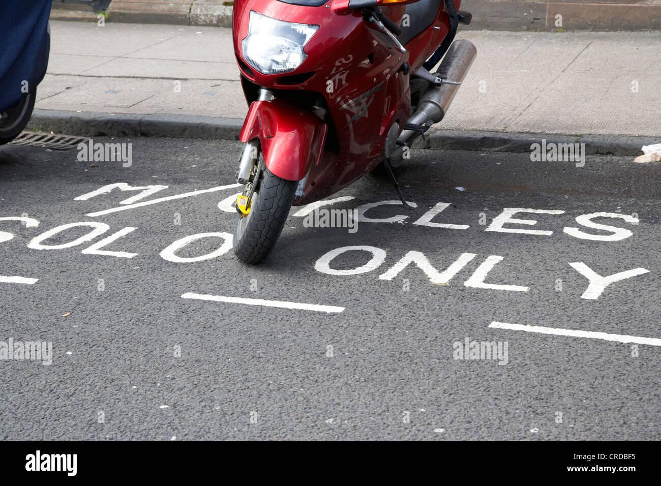 Moto garée dans un parking motos solo seulement à Glasgow scotland uk Banque D'Images