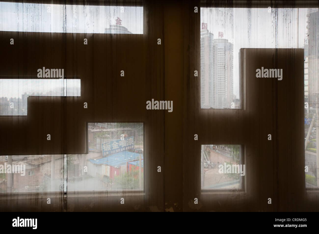 Regardant par une fenêtre dans un bar, à Pékin, en Chine. Photo Stock