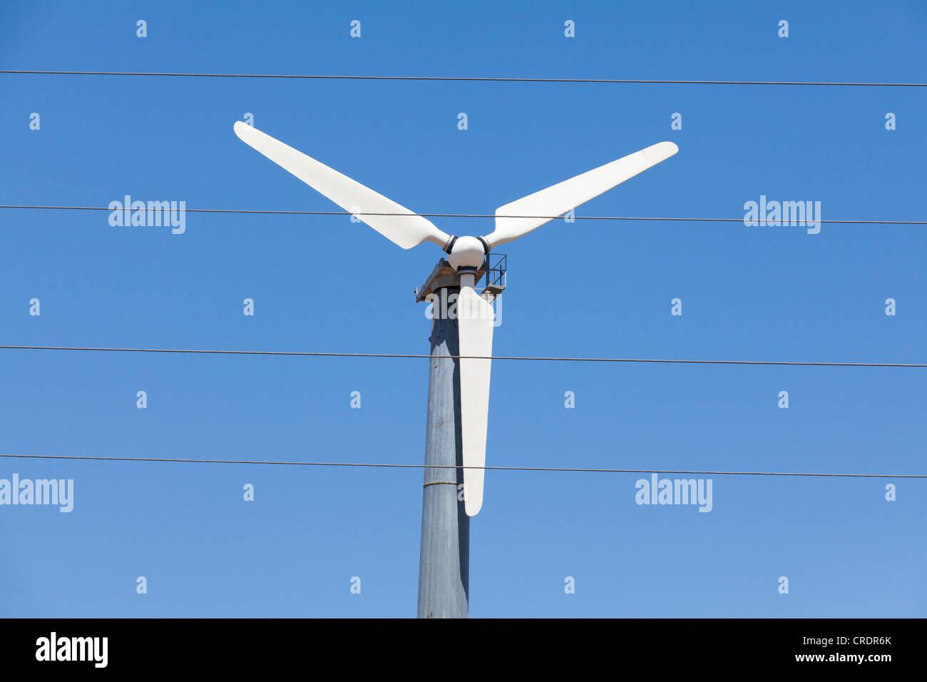 Turbine éolienne et de fils électriques Photo Stock