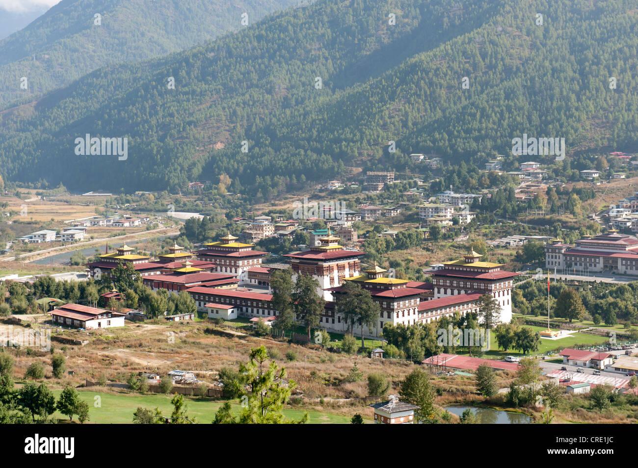 Vue de la vallée avec le Wang Chhu forteresse-monastère, Tashichoedzong Dzong, siège du gouvernement Photo Stock
