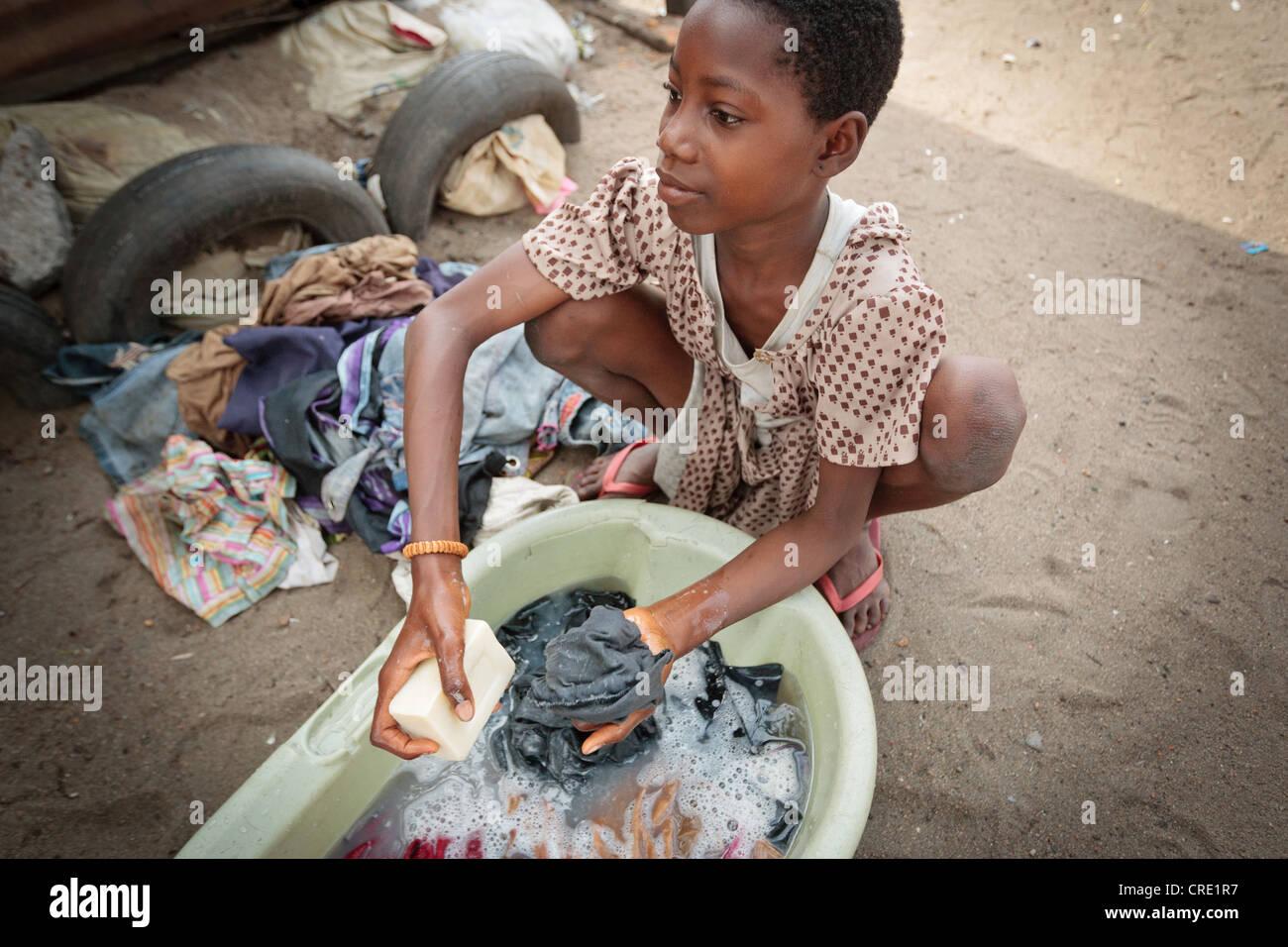 Une fille main lave linge dans le quartier point quatre de Monrovia, le comté de Montserrado, au Liberia, le Photo Stock