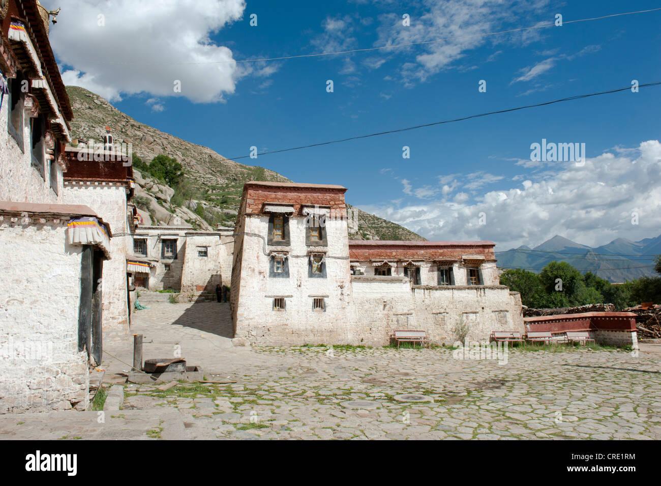 Le bouddhisme tibétain, bâtiment derrière la salle de l'assemblée, Monastère de Séra, Photo Stock