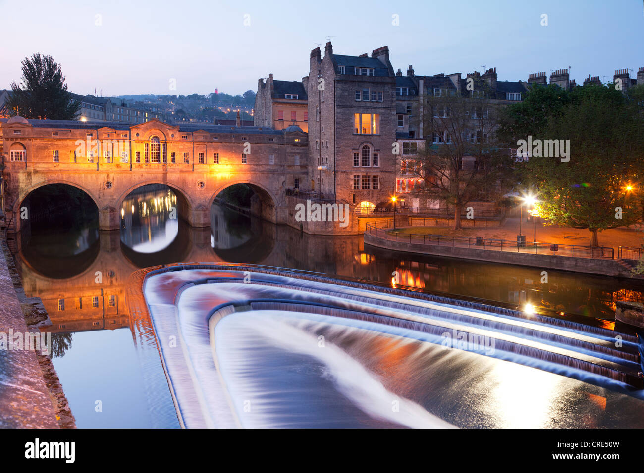 Pulteney Bridge et Weir, Bath, Angleterre, au crépuscule. Photo Stock